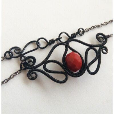 Fekete és piros nyakék