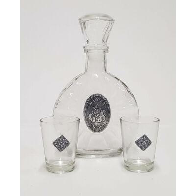 Pálinkás üveg fémtáblával, két pohárral