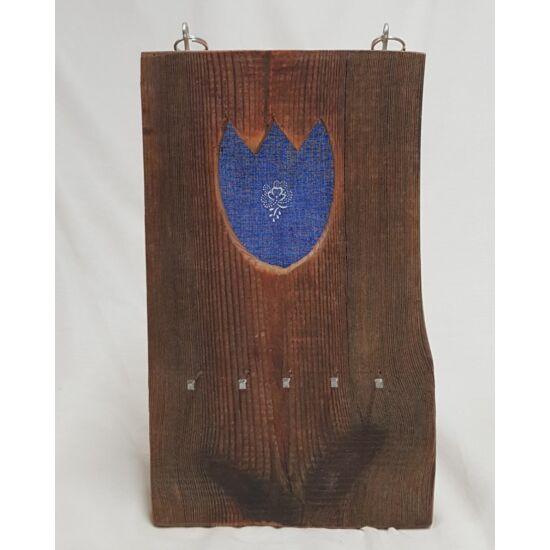 Kézműves, rusztikus fali kulcstartó, kék tulipános mintával