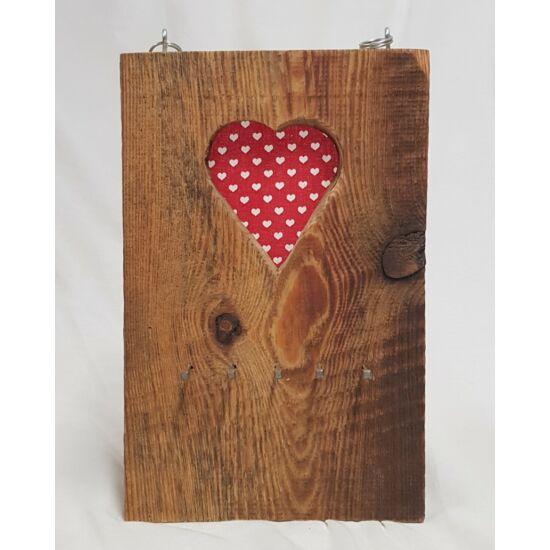 Kézműves, rusztikus fali kulcstartó, piros-fehér szíves mintával