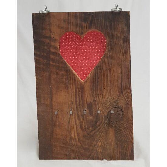 Kézműves, rusztikus fali kulcstartó, piros szives, fehér pöttyös mintával