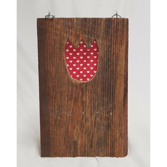 Kézműves, rusztikus fali kulcstartó, piros tulipános, fehér szíves mintával