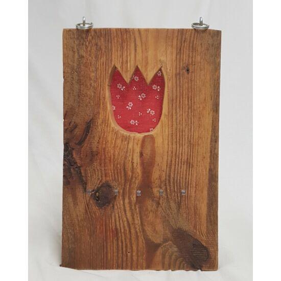Kézműves, rusztikus fali kulcstartó, piros tulipános mintával