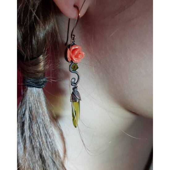 Kézműves rézdrót fülbevaló – barackvirág színű rózsa